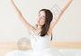 年轻女性起床伸懒腰图片