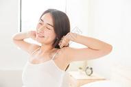 年轻女性起床床上伸展501071620图片