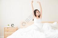 年轻女性起床床上伸展501071629图片