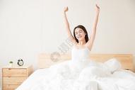年轻女性起床床上伸展501071631图片