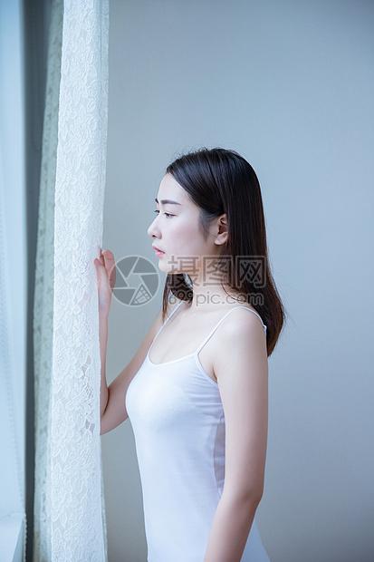 窗边美女写真图片