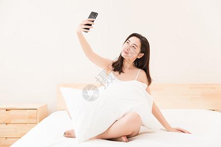 年轻女性床上休息自拍图片