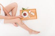 年轻女性吃早餐特写图片