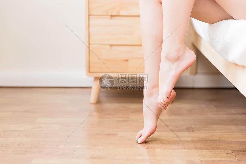 床边女性腿部特写图片