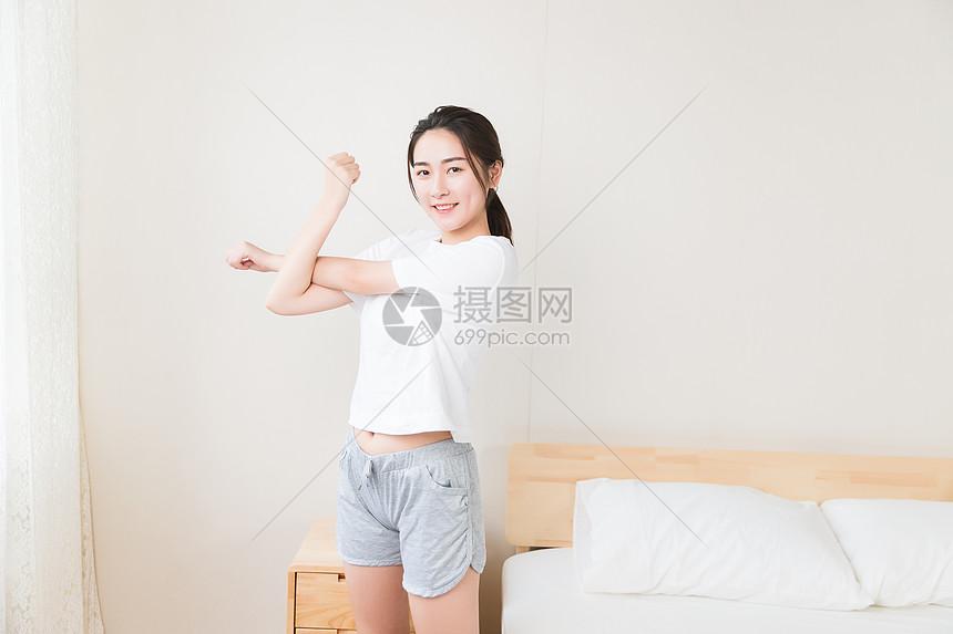 年轻女性起床伸展图片