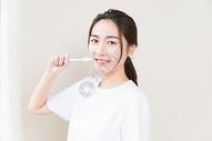 年轻女性牙齿美白图片