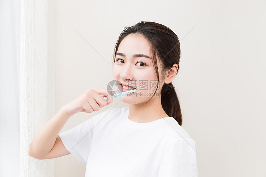 年轻女孩刷牙图片