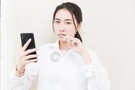 职业女性刷牙看手机图片