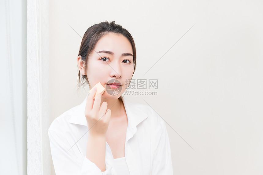 年轻女性化妆图片