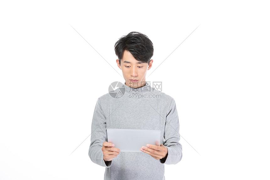 男生使用平板图片
