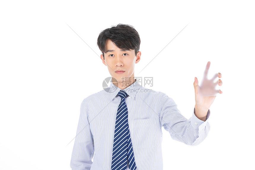 科技商务男子展示手机图片