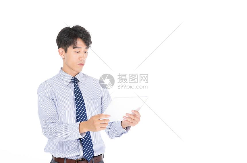 科技商务男士使用平板办公图片