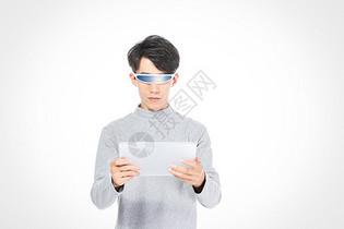 戴智能眼镜的人使用透明平板图片