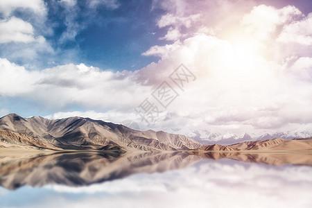 山脉倒影图片