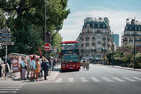 法国巴黎街头城市旅游双层观光车图片
