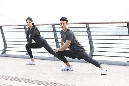 青年男女热身运动图片