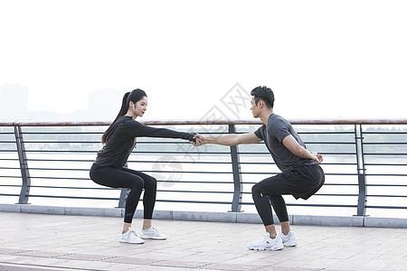 男女青年热身运动图片