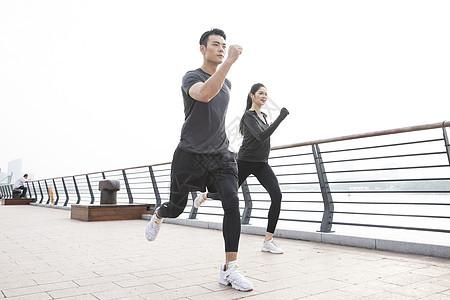 男女青年跑步锻炼图片