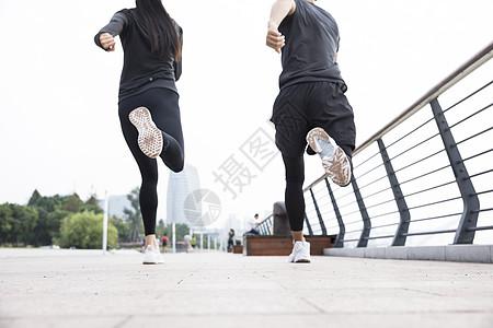 男女青年跑步背影图片