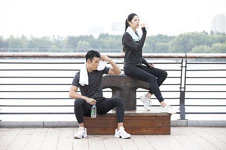 男女青年运动休息图片