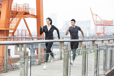男女青年跑步锻炼健身图片