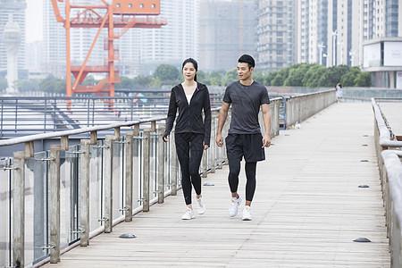 男女青年岸边散步图片
