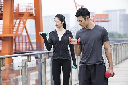 男女青年健身锻炼图片