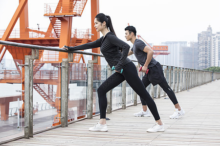 青年男女健身锻炼图片