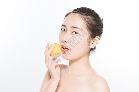 美妆女性与柠檬图片