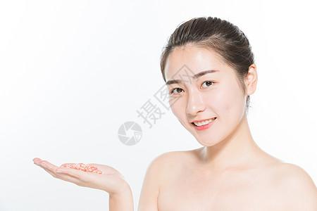 美妆女性与石榴图片