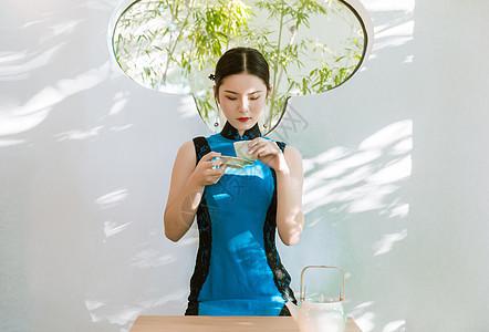 旗袍美女喝茶图片