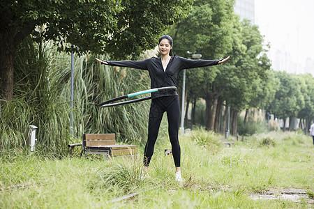 女性户外健身呼啦圈图片