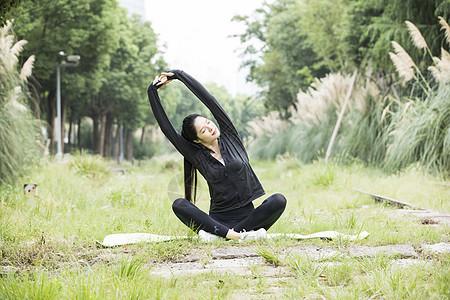 青年女性户外瑜伽图片