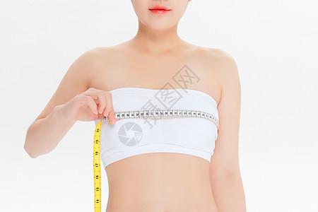 测量胸围的美女图片
