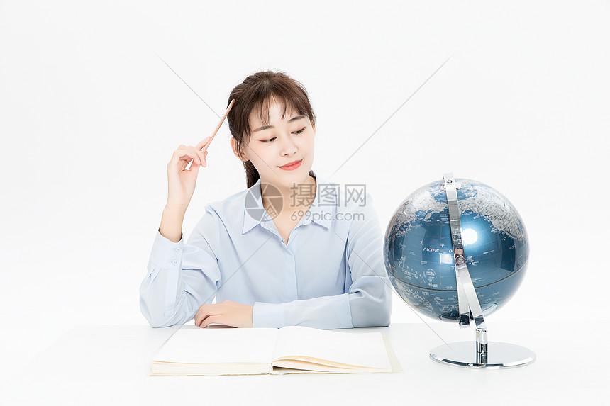 学习地理的女学生图片