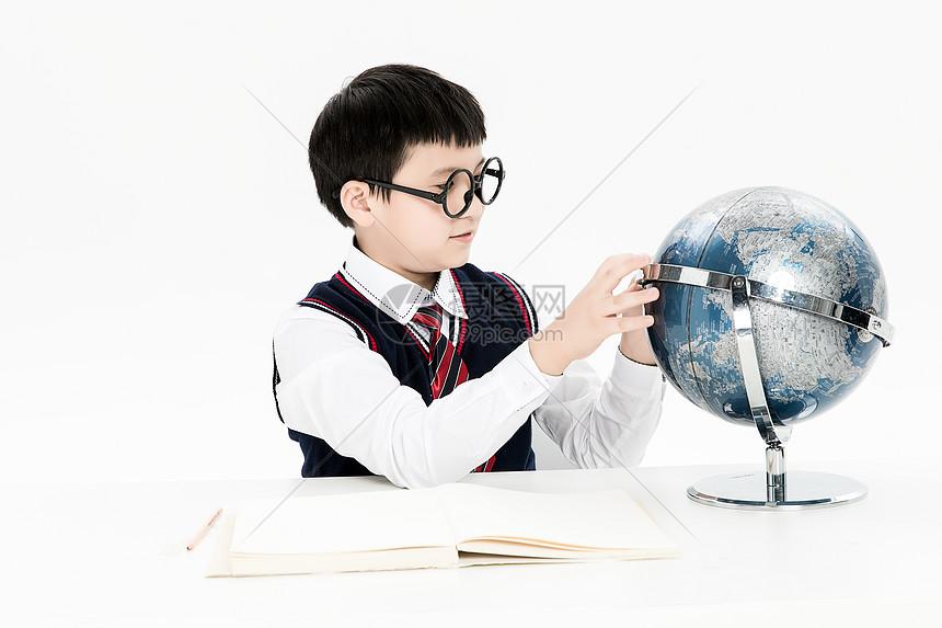 正在学习的小朋友图片
