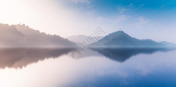 平静湖面图片