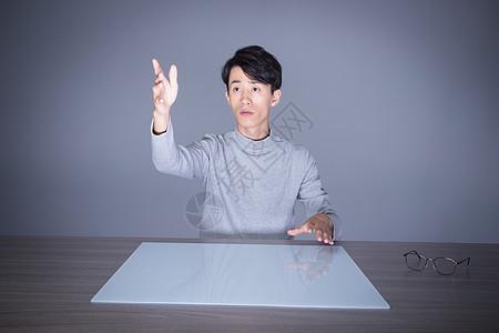 使用科技操作台的男生图片
