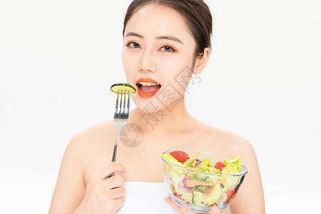 吃沙拉的美女图片