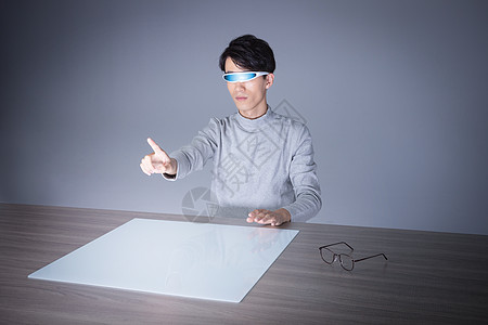 男性虚拟现实交互动作图片