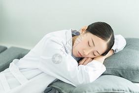 疲惫休息的护士图片