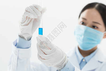 医疗人员观察试管图片