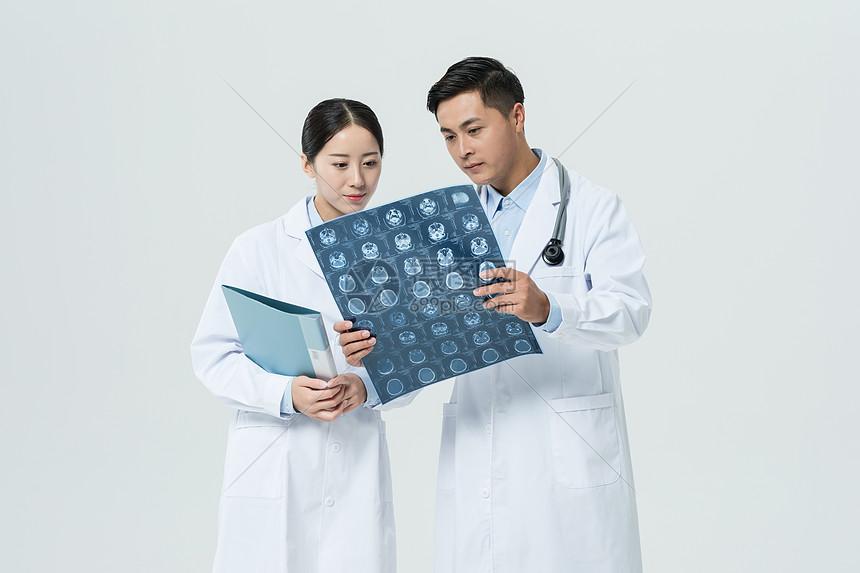 医生看X光片图片