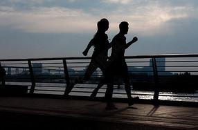 青年男女跑步剪影图片