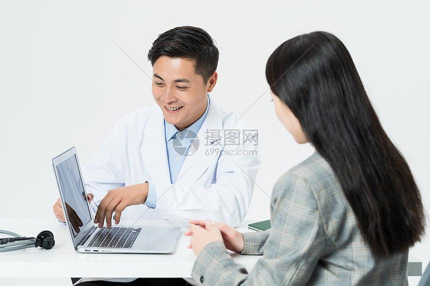 病人和医生聊天图片