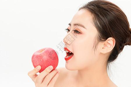 年轻美女吃苹果图片