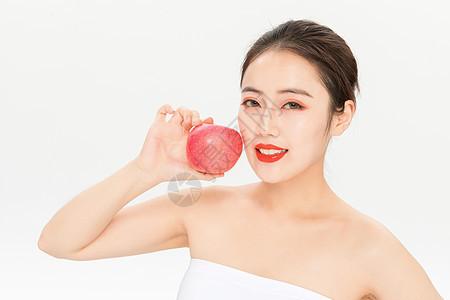 拿苹果的美女图片