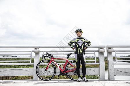 青年骑行休息图片
