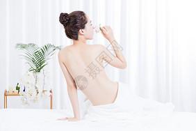 女性养生SPA背部展示图片