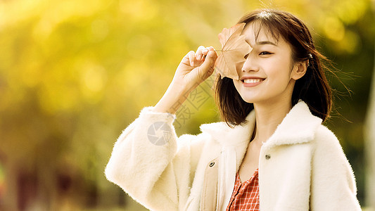 文艺清新美女手执落叶图片